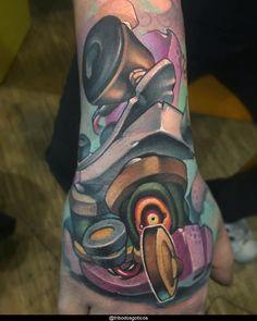 tatuagem new school na mao:colorida preta desenho braço no pescoço pequena perna na mao flores tradicional costas #tattoo Tatuagem New School, Tattoo Machine, Drawings, Barcelona, Stylish Tattoo, Colorful, Tattoos, Tatoo, Dibujo