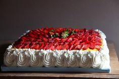 Pan di Spagna con fragole e crema pasticciera | Il Laboratorio delle Torte