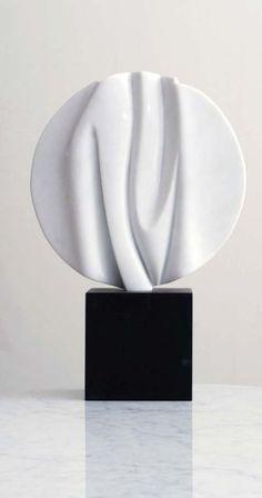Bertrand CREACH (né en 1947) Eclosion Marbre de carrare sur socle en iroko noir, signée Diam. : 30 cm BC - Delorme & Collin du Bocage - 06/11/2009