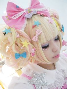 Harajuku Girl: I don't understand the fashion but she does look like a tiny doll! Harajuku Girls, Harajuku Fashion, Japan Fashion, Kawaii Fashion, Lolita Fashion, Cute Fashion, Fashion Styles, Harajuku Style, Fashion Fashion