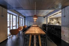 This is the Farang Restaurant. It's located in Norrmalm, in the heart of Stockholm and it's a very charming place. In terms of design and architecture, the restaurant combines local and Asian influences into a contemporary look. Japan Design, Design Café, Design Ideas, Stockholm Restaurant, Style Asiatique, Brewery Design, Showroom Design, Restaurant Interior Design, Hospitality Design