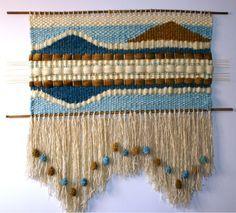Risultati immagini per cojines a telar ideas diseños Weaving Textiles, Weaving Art, Tapestry Weaving, Loom Weaving, Wool Wall Hanging, Yarn Wall Art, Weaving Wall Hanging, Weaving Designs, Weaving Projects