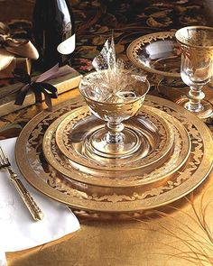 Vetro Gold Dinnerware by Arte Italica ~ LOVE these plates and glasses. I would mix these with my gold rimmed china as well. Dinner Sets, Dinner Table, Vase Deco, Beautiful Table Settings, Elegant Dining, China Patterns, Deco Table, Decoration Table, Place Settings