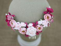 Ślubna ozdoba na grzebyku, wykonana z papierowych i materiałowych róż.  Dostępna w sklepie online Madame Allure.