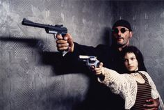 O profissional / Leon - The Professional  Direção: Luc Besson    https://www.youtube.com/watch?v=DcsirofJrlM