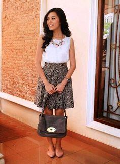 Untuk presentasi atau meeting dengan klien kantor, Anda bisa mengenakan rok span dengan motif batik agar terlihat lebih formal.  #batikkantor #batik #bajubatik #fashion #kantor