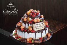 今日は、いろいろ盛りだくさんな、チョコレートウェディングケーキをご紹介します。 丸型3段の生クリームケーキにチョコレートソースをかけて、マカロンやエクレア、苺をたくさんのせた、盛りだくさんなウェディングケーキです。 &n Wedding Cakes, Birthday Cake, Google, Desserts, Food, Recipes, Cake Ideas, Dessert Ideas, Tailgate Desserts