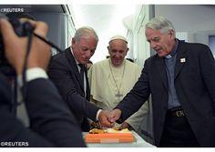 ¡Stolat padre Lombardi!: los periodistas del vuelo papal despiden al padre Lombardi, por la conclusión de su servicio - Radio Vaticano