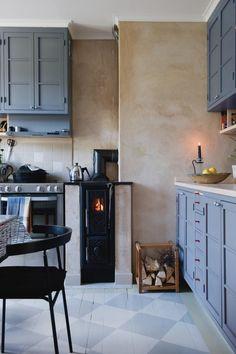 cute little kitchen fireplace! Ikea Kitchen, Kitchen Interior, Kitchen Walls, Kitchen Stove, Kitchen Wood, Kitchen Cleaning, Country Kitchen, Kitchen Cabinets, Küchen Design