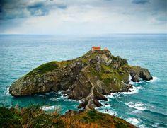 Descubre uno de los lugares más emblemáticos de la costa de Bizkaia con San Juan de Gaztelugatxe. Prepárate para subir cientos de escaleras, pero tranquila, ¡el esfuerzo tendrá su recompensa!.