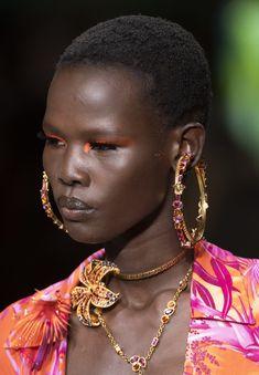 Versace at Milan Fashion Week Spring 2020 - Details Runway Photos Black Girl Magic, Black Girls, Christopher Kane, Versace, Giorgio Armani, Balmain, Dark Skin Makeup, Black Girl Aesthetic, Gold Jewellery Design