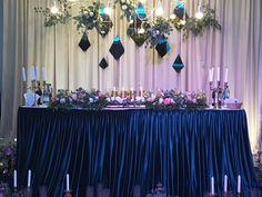 Помогите подобрать сочетание цветов и общую форму. Пожелание невесты розовый - фиолетовый или сиреневый - белый. И подстветка прожекторами. Пожелание жениха ко всем пожеланиям невесты добавить синий. Нужна красивая классика. Что можно сделать со стульями...