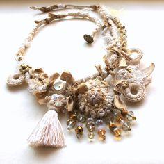 Statement fiber art necklace. Free shipping.White por GataValquiria, €47,50