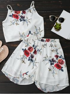 Floral Backless Crop Top and Chiffon Shorts - WHITE   tyle: Casual   Material: Polyester   Fit Type: Regular   Waist Type: Mid   Closure Type: Elastic Waist   Front Style: Pleated   Pattern Type: Floral   Weight: 0.2700kg   Package: 1 x Top 1 x Shorts