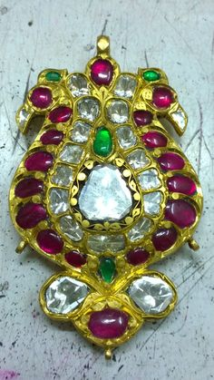 Pendent diamonds and ruby and emeralds India Jewelry, Gems Jewelry, Jewelry Art, Diamond Jewelry, Antique Jewelry, Fine Jewelry, Jewelry Design, Diamond Necklaces, Gold Pendent