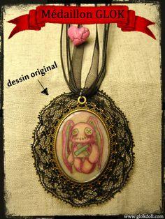 GLOK Médaillon avec Dessin Original et donc unique!Pendentif monté sur collier en coton ciré et ruban d'organza, fermeture avec chainette.