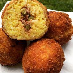Une merveille d'Arancini sicilien Italian Cooking, Italian Recipes, One Pot Meals, Kids Meals, Italian Street Food, Arancini, Finger Foods, Tapas, Good Food