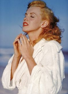 Marilyn_Monroe_1949_Beach_Photoshoot_001.jpg (800×1097)