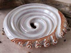 """Seifenschale Keramik """"Seifenschnecke"""" perlweiss  / 18,-€ #Seifenschale #Ton…"""