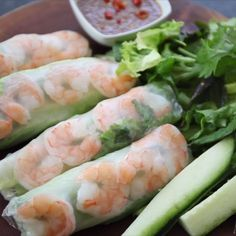 spring roll recipe This traditional Vietnamese Shrimp Spring Rolls recipe can easily be made at home. Its healthy, gluten free and great as an appetizer or snack or part of a meal. Healthy Dishes, Healthy Dinner Recipes, Appetizer Recipes, Healthy Snacks, Vegetarian Recipes, Healthy Eating, Thai Appetizer, Healthy Spring Recipes, Veggie Appetizers