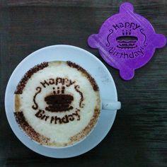 Cappuccino stencils BUON COMPLEANNO per cacao di MakerMarketSpace