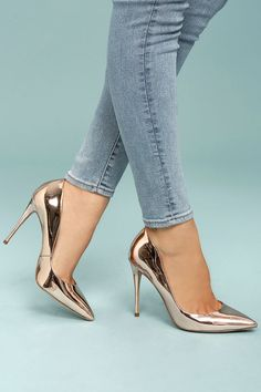 Steal the show with the Steve Madden Daisie Rose Gold Patent Pumps! Metallic, patent vegan leather covers the pointed toe upper of these super sexy pumps, and continues into the structured heel cup.