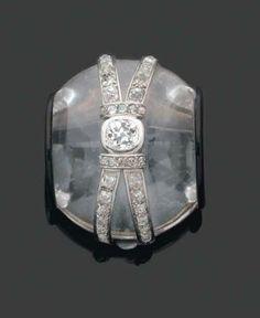SUZANNE BELPERRON. Années 1930. Rare et Important CLIP de revers de forme rouleau en cristal de roche