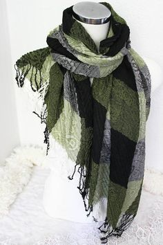 A warm scarf can not only avoid the cold, but also add extra charming for your outfit. Grey Scarf, Plaid Scarf, Handmade Fabric Bags, Handmade Gifts, Herren Outfit, Gypsy Style, Boho Outfits, Black And Grey, Stylish