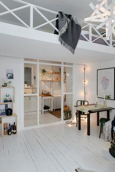 proste i piękne małe mieszkanie, wysokie i z antresolą, gdzie znalazła swoje miejsce sypialnia. Małe mieszkanie znacznie się powiększyło dzięki pomysłowej antresoli z łóżkiem i pomysłem na kuchnię pod nią. We wnęce, pod antresolą powstała mała kuchnia oddzielona od otwartej przestrzeni mieszkania szklaną ścianką. Estetyczna aranżacja spełnia wszystkie walory i funkcje choć jest taka mała - to przestrzeń do wspaniałego wypoczynku i pracy zarazem. Styl skandynawski jest idealny, aby małe ...