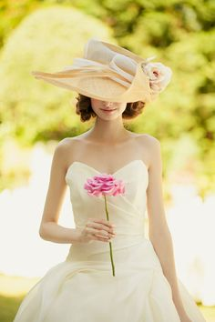 **憧れのおしゃれコーデ**「ウェディングドレス × 女優帽」がエレガントで可愛すぎます♡ | ZQN♡