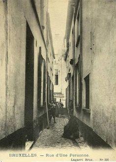 Bruxelles: La rue d'Une Personne - Aujourd'hui condamnée, elle rejoignait autrefois la rue Saint-Hubert. - C'est un pari lancé par le Prince de Ligne qui donna le nom à la rue. Il prétendait pouvoir emprunter cette voie étroite avec son traîneau. A l'entrée de la rue, il mit son cheval au pas et rétrécit la largeur de son traîneau à l'aide d'un mécanisme. On parla dès lors de la ruelle où l'on ne pouvait passer qu'un à un, avant de l'officialiser en rue d'Une Personne.