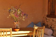 Un ramo de flores del campo de nuestra zona (comarca de la Maragatería en Astorga, LeónI) decoran nuestras mesas y rincones.
