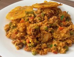 Arroz atollado: 1 libra carne res picada en cubos, 1 libra costilla cerdo cortada en trozos, 4 longanizas chorizo en rodajitas, cebolla picada (taza y media), tomate finamente picado (taza y media), arroz común (2 tazas), agua (7 tazas), semillas de achiote (2 cucharaditas), arvejas precocidas (1 taza), zanahoria precocida en cuadritos (1 taza), 2 plátanos verdes en rodajas, 2 yucas sin piel picadas, cilantro picado, perejil picado, 2 dientes de ajo, 3 huevos duros y aceite de canola o…