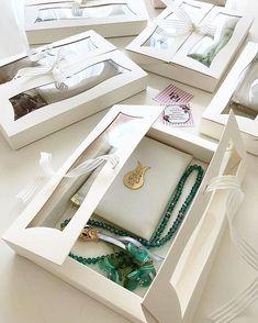 Henna Nacht sala..imiz spezielles Design Braut ... - #Braut #Design #Henna #Nacht #salaimiz #spezielles Wedding Gift Baskets, Wedding Gift Wrapping, Wedding Gifts For Bride, Wedding Boxes, Wedding Favours, Bride Gifts, Wedding Cards, Backyard Wedding Decorations, Ramadan Decorations