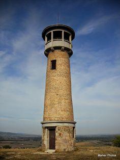 Kis-Strázsa-hegyi kilátó  Elhelyezkedése: Kis-Strázsa-hegy, Pilis  Épült: n.a.  Tengerszint feletti magasság: 233 méter  Megközelítés: A hegy lábától induló zöld háromszögön , illetve a Strázsa-hegyi tanösvényen felkapaszkodva juthatunk fel a kilátóhoz.  Látogathatóság: Lezárva, nem látogatható.!!!!! Pisa, Coffee Maker, Tower, Building, Places, Travel, Coffee Maker Machine, Coffee Percolator, Rook