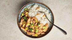 Česká variace na čínu bez zbytečného glutamátu. Maso naložte večer předem, než se uvaří rýže, orestujete ho se zeleninou a mandlemi. Risotto, Potato Salad, Curry, Potatoes, Asian, Treats, Ethnic Recipes, Diet, Sweet Like Candy