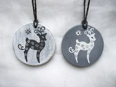 Decoration du sapin 2 boules de Noël en bois patiné gris motif rennes Noel Christmas, Rock Art, Washer Necklace, Etsy, Decoration, Jewelry, Gray, Weathered Wood, Happy Merry Christmas