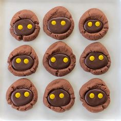 One of our Jedis drew a pattern for a Jawa bag (coming soon! Admittedly, most things look like cookies to us and we… Star Wars Party Food, Star Wars Food, Star Wars Day, Star Wars Cookies, Star Wars Cupcakes, Star Wars Essen, Star Wars Weihnachten, Chocolate Thumbprint Cookies, Chocolate Cookies