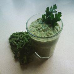 Orzeźwiający zielony koktajl z jarmużem - idealny na gorące letni dni, kiedy to pomoże ugasić pragnienie ;)  #kale #jarmuz #koktajl #cocktail #awokado #avocado #pietruszka #parlsey #recipe #przepis #healthy #diet #fit #zdrowie #smacznie #mniam #yummy #green #zielony #homemade #food #foodselfie #ymt24 #blog