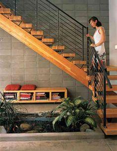 bassin intérieur sous escalier avec poissons
