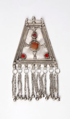Yemen | Silver, agate and red coral pectoral amulet from the 19th century| © Fundación Carlos Ballesta López
