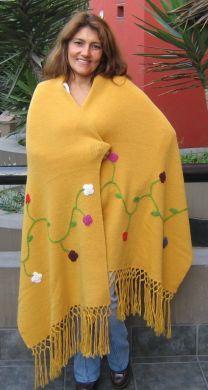 Großes gelbes #Schultertuch aus #Alpakawolle, handbestickt. Liebevoll handbesticktes gelbes Schultertuch mit einem Blumenranken Motiv. Die Stickereien werden traditionell in liebevoller und aufwändiger Handarbeit gestickt.