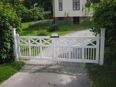 Katrineholms Snickeri AB » Vita grindar Farm Gate, Fence Gate, Front Gates, Entrance Gates, Vinyl Gates, Driveway Entrance, Farmhouse Garden, Wooden Gates, Gate Design