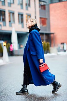 18 Amazing Outfits to Copy From Oslo Fashion Week Street Style Stuck in a rut? We found all of the best winter outfit ideas in one place—get ready to be obsessed. Street Style Trends, Street Style 2018, Street Style Women, Look Fashion, Korean Fashion, Autumn Fashion, Womens Fashion, Blue Fashion, Winter Fashion Street Style