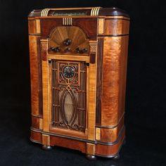 Jukebox, Waterfall Furniture, Stereo Turntable, Radios, Art Deco Decor, Old Time Radio, Antique Radio, Art And Craft Design, Art Nouveau Design