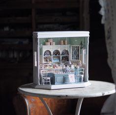 Japanese Artist Crafts Miniature, Antique Dollhouse Furniture by Hand Vitrine Miniature, Miniature Rooms, Miniature Furniture, Doll Furniture, Dollhouse Furniture, Antique Furniture, Antique Dollhouse, Antique Dolls, Dollhouse Miniatures