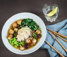 Ramensoppa har på senare år blivit en riktigt populär rätt och vi förstår varför, den här vego soppan med shiitake och tofu får det verkligen att vattnas i munnen! Använd riktiga ramennudlar när du lagar soppan så att de får rätt konsistens i den heta buljongen.