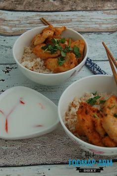 Thaise groene curry (4 personen) Bereidingstijd: 30 minuten Ingrediënten 1 rode peper 1 stengel sereh (citroengras) 1 blikje kokosmelk (400 ml) 2 el suiker 3 cm verse gemberwortel 1 limoen 1 el olie 4 kipfilets (a ca. 125 g) 1-2 tl zout 1 tl peper 1 zakje verse koriander (15 g) Bereidingswijze 1. Maak de…