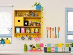 סודות מעבר לשיש: קירות מטבח שכמותם לא ראיתם | בניין ודיור Shelving, Kitchen, Houses, Colorful, Home Decor, Shelves, Homes, Cooking, Decoration Home