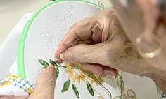 Resultado de imagen para mujeres bordando
